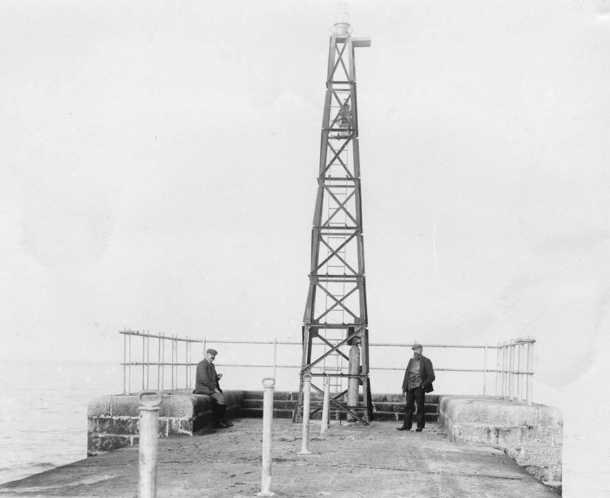 71.116  Vorupør mole. Fyrtårnet bygges. En af tømrerne ses til højre i billedet. 7700