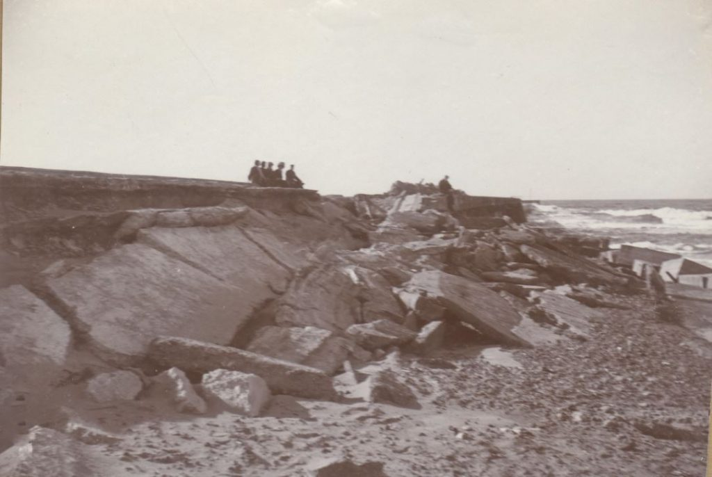 71.119 Vorupør 27. november 1908. Dæmningsbrud og landingsplads. Det er slemt når stormen rasede. 7700  FB Vorupør 9.9.2017