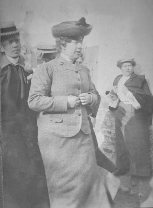 71.12 Fru Jespersen til venstre, Fru Dr. Nielsen i midten. Esbjerg 1905 6700