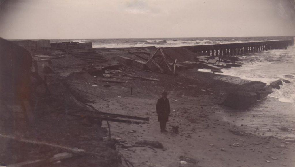 """71.120  Vorupør 27. november 1908. """" Høfd og dæmning. Man ser dæmningsskråningen omtrent ved rambukken er nedbrudt. """" 7700  FB Vorupør 9.9.2017"""