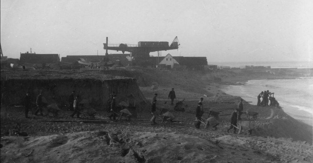 """71.123  Vorupør bådeplads 19. januar 1909. """"Nedskæring af brinken . Vi er ved at skære den flad """" 7700  FB Vorupør 9.9.2017"""