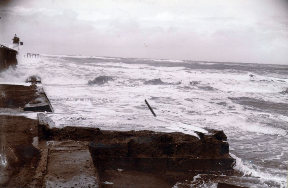 """71.134 Vorupør efter stormen 11. februar 1911. Stormen har ødelagt den faste dæmning fra broen """" 7700"""