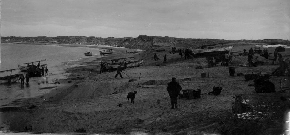 """71.137 Vorupør ca. 1911. """" Arbejdet med at jævne brinkerne ud er færdigt. Bådene har været ude"""" 7700"""