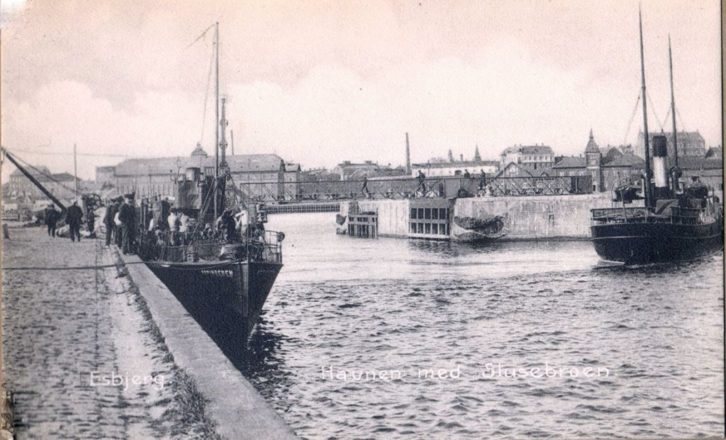 71.139 Esbjerg: Havnen med slusebroen. Ubrugt postkort. 6700