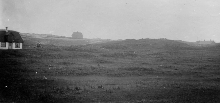 """71.144 Hanstholm 1909. """" Huset til venstre er Anders Borups hus, det i midten er statens ingeniørbolig og det til højre er Bolig for entreprenørens ingeniør """" ( Peter Slettings komm. ) 7730"""