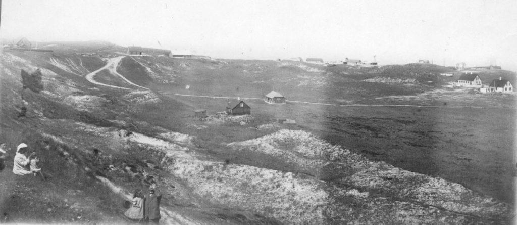"""71.145 Hanstholm ca. 1909  : """" Udsigt fra ingeniørboligen. Fra venstre Holga og Lene Sletting, dernæst Peter Sletting med Lull """" 71.145"""