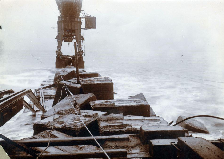 """71.150 Hanstholm 5-6 november 1911 : """" En storm har ødelagt overbygningen men kranens fundament holdt """"  7730"""