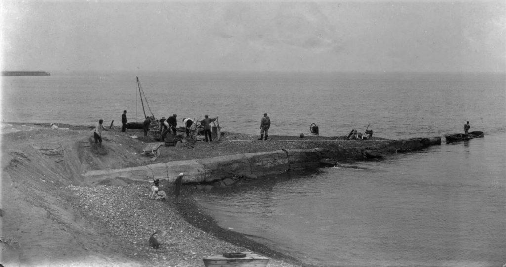 """71.154 Hanstholm : """" Slettings mole vest for landingspladsen. Andre steder har man brugt kasserede både. Her brugtes kraen """" 7730"""