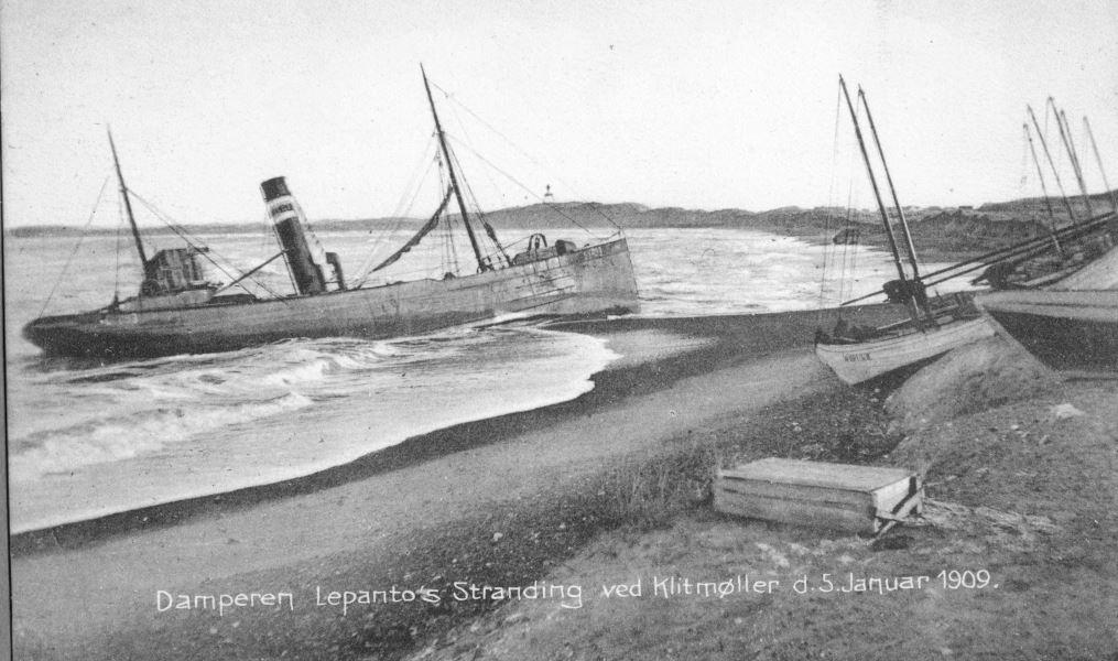 """71.159 Klitmøller 1909: Damperen Lepantos stranding ved Klitmøller 5. januar 1909. Peter Sletting skriver """" Jeg fik fiskerne og staten til at købe skroget og fik dette fyldt med beton """" 7700"""