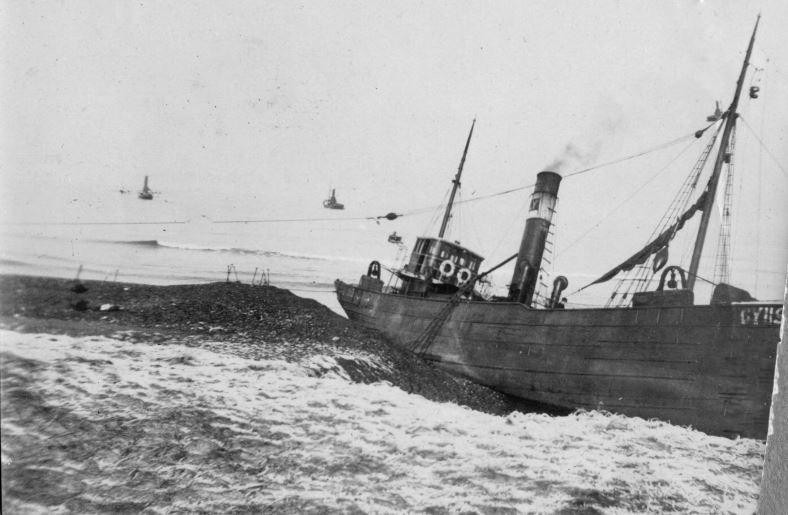 """71.160 Klitmøller 1909: Damperen Lepantos stranding ved Klitmøller 5. januar 1909. Peter Sletting skriver """" ved at stranden voksede ud, forbedredes landingspladsen """" 7700"""