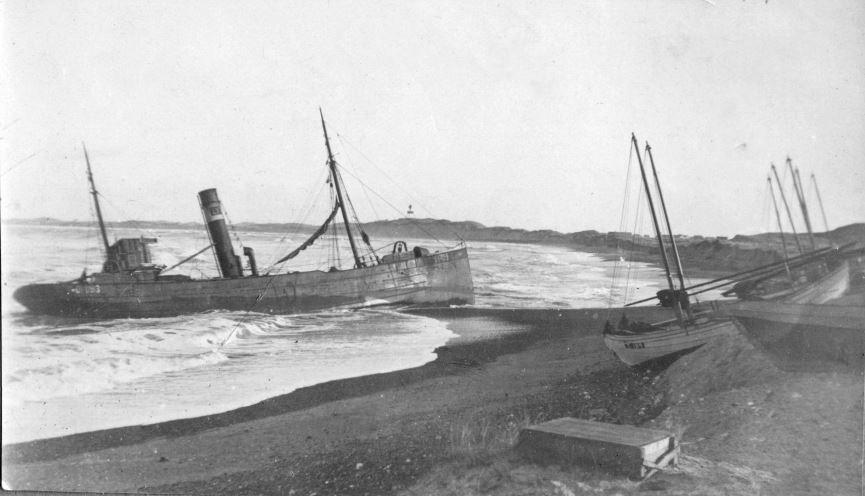 """71.161 Klitmøller 1909: Damperen Lepantos stranding ved Klitmøller 5. januar 1909. Peter Sletting skriver """" man ser hvordan landet vokser ud til skibet """" 7700"""