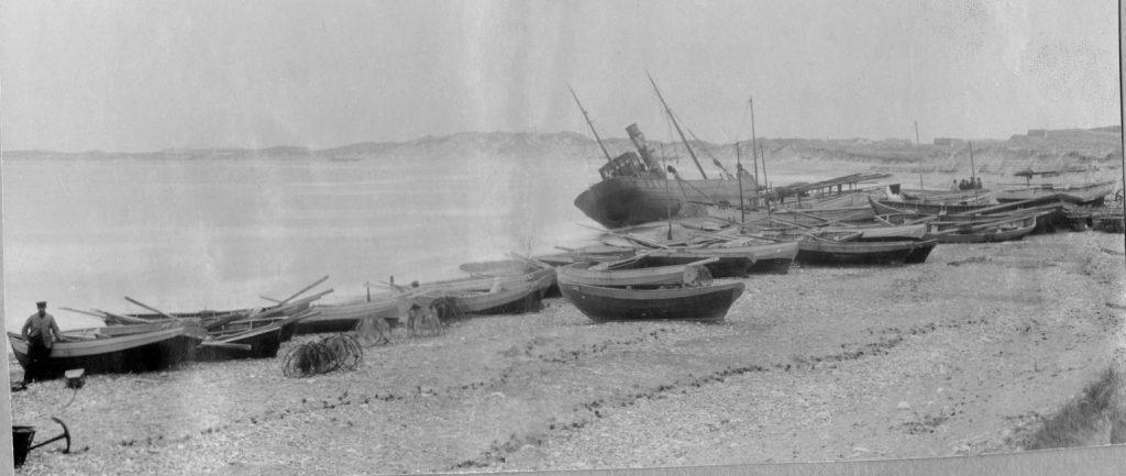 """71.164 Klitmøller 1909:  Peter Sletting skriver : """" Landingspladsen havde før været fuld af flintesten og der var givet en bevilling til disse fjernelse. I stedet købtes skroget og blev under min ledelse fyldt med beton. Skibet gjorde landingspladsen fortrinlig. """" 7700"""