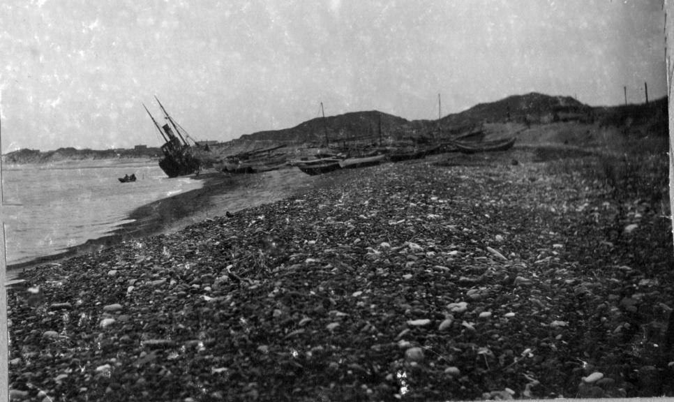 "71.165 Klitmøller 1909 : Damperen Lepantos stranding ved Klitmøller 5. januar 1909. Peter Sletting skriver "" Ved taljer og lignende til skibets master lykkedes det at rette skibet op "" 7700"