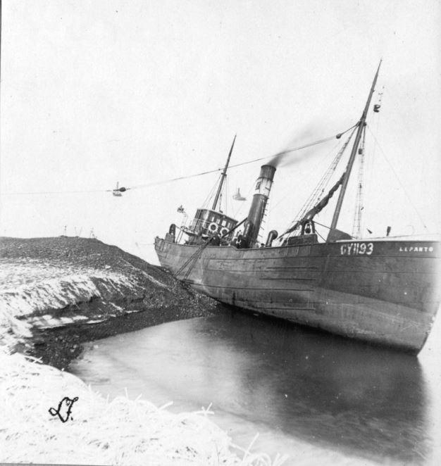 """71.166 Klitmøller 1909: Damperen Lepantos stranding ved Klitmøller 5. januar 1909. Peter Sletting skriver """" Jeg fik fiskerne og staten til at købe skroget og fik dette fyldt med beton """" 7700"""
