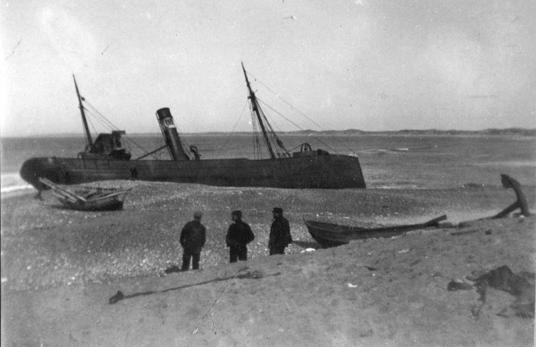 """71.167 Klitmøller 1909: Damperen Lepantos stranding ved Klitmøller 5. januar 1909. Peter Sletting skriver """" Jeg fik fiskerne og staten til at købe skroget og fik dette fyldt med beton """" 7700"""