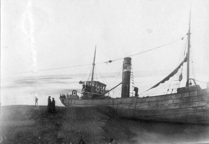 """71.168 Klitmøller 1909: Damperen Lepantos stranding ved Klitmøller 5. januar 1909. Peter Sletting skriver """" Jeg fik fiskerne og staten til at købe skroget og fik dette fyldt med beton, nu er Lepanto rettet helt op """"  7700"""