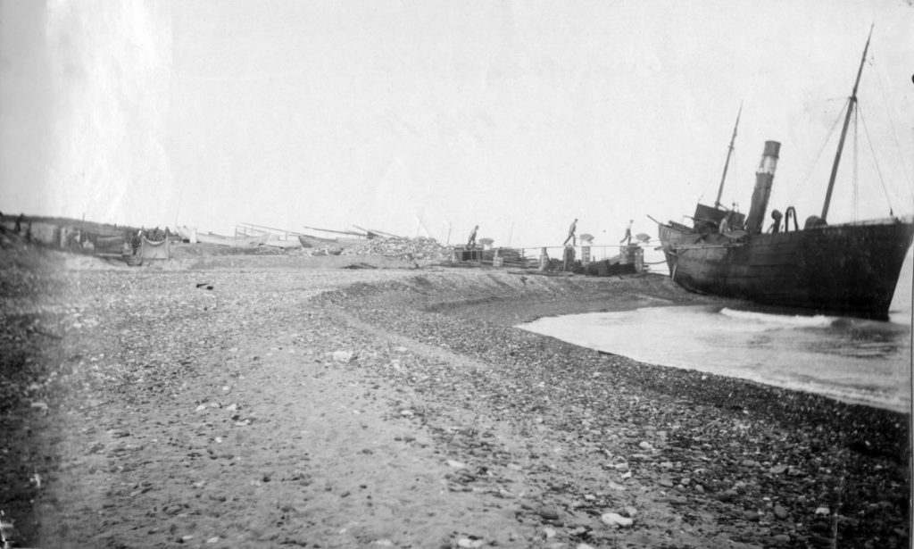 """71.169 Klitmøller 1909: Damperen Lepantos stranding ved Klitmøller 5. januar 1909. Peter Sletting skriver """" Jeg fik fiskerne og staten til at købe skroget og fik dette fyldt med beton """" 7700"""