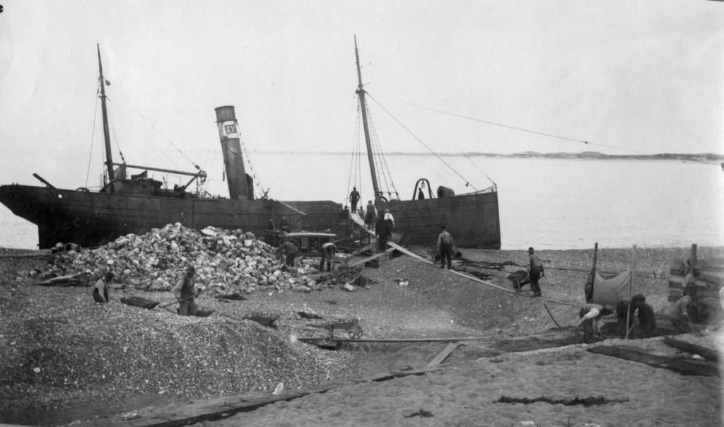 "71.170 Klitmøller 1909: Damperen Lepantos stranding ved Klitmøller 5. januar 1909. Peter Sletting skriver "" Se hvor i fylder. Vi sparede og plumpede store sten ned i betonen. - Det var en dyr sparsommelighed "" 7700"
