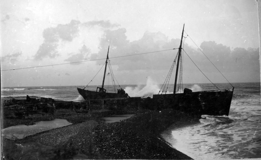 """71.171 Klitmøller 1909: Damperen Lepantos stranding ved Klitmøller 5. januar 1909. Peter Sletting skriver """" En storm fyldte skroget med vand og da vi fik det ud så overfladen sådan ud"""" 7700"""