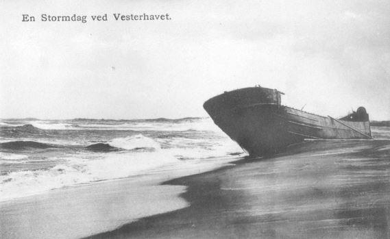 """71.172 Klitmøller 1909: Damperen Lepantos stranding ved Klitmøller 5. januar 1909. Peter Sletting skriver """" Lepanto fyldt med beton under min ledelse. Dette regner jeg for et arbejde jeg kan være stolt af. Det var imod det man dengang kaldte naturens love og jeg fik alligevel alle med, fiskerne, vandbygningsvæsenet og ministeriet."""" Senere i 1940 skriver han """" ca. halvdelen er nedbrudt af stormene og meget er rapareret på den, men den hjælper stadig med at holde Klitmøller landingsplads """" 7700"""