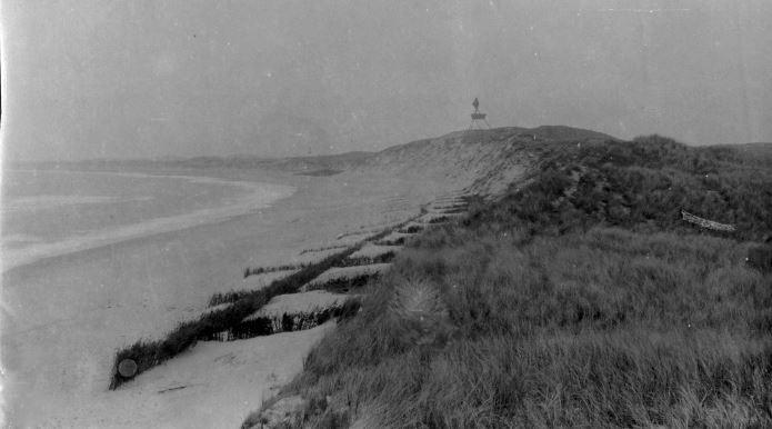 """71.173 Klitmøller 1909: Peter Sletting skriver """" forsøg på at standse bortskæring, men det var håbløst. Selv klitten med båden er borte nu """" 7700"""