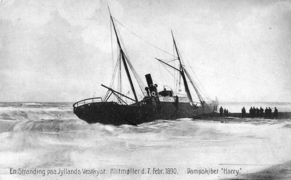 """71.174 Klitmøller 1890 : Peter Sletting skriver """" andre strandinger der viser hvorledes stranden vokser ud til skibet. Og viser at således skal høfderne bygges."""" 7700"""