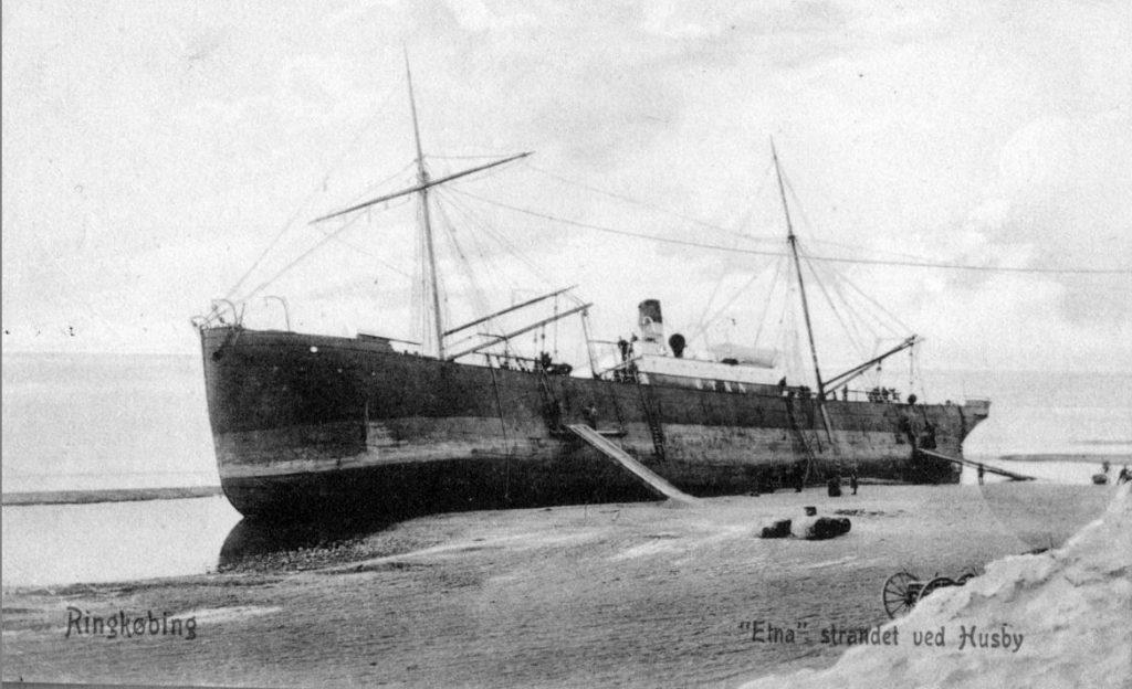 """71.175 Ringkøbing : Skibet Etna´s stranding.Peter Sletting skriver """" Husby nord for Ringkøbing og Stadil fjord. Læg mærke til at der er en sandrevle udenfor skibet """" 6950"""