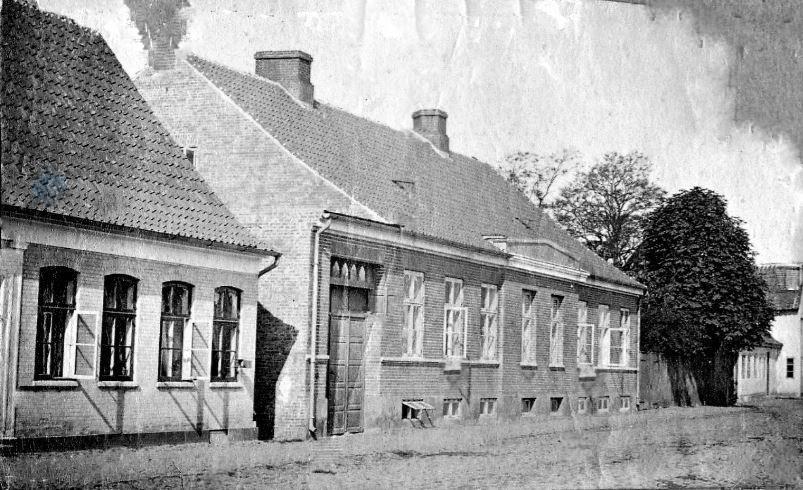71.18 Pensionatet i Ribe 1906. Her boede Sletting i længere til for at måle ? - Holga Bache siger det i stedet er Bogense og præstegården der...