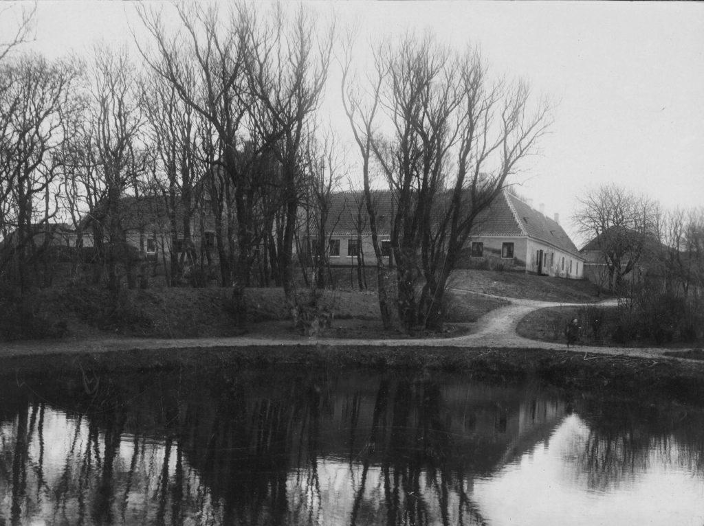 """71.182 Rønnovsholm i april 1897. Peter Sletting skriver : """" Onkel Degner- Tante Kristas mand var bestyrer der et par år og vi havde dejlige ferier der. """" 9800  FB Hjørring 3.8.2017"""