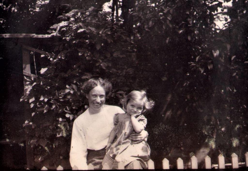 71.21 Holga Bache i haven ved lejligheden i Englandsgade, Esbjerg 1905. Datteren Lull sidder på skødet. 6700