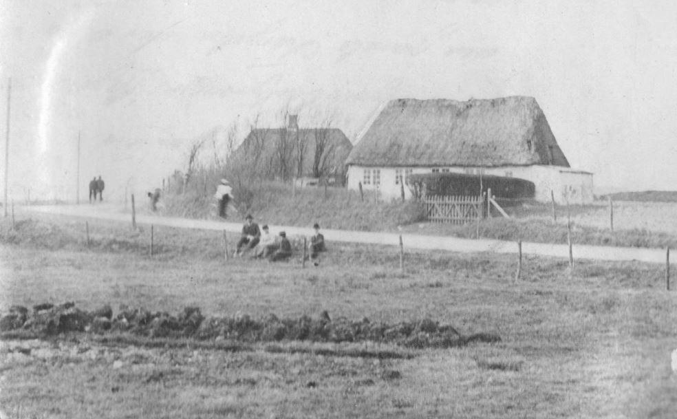 71.50  Grøftehvil i nærheden af Esbjerg, sammen med arkitekt Clausens. Clausen død som 75-årig i 1941 6700 FB Esbjerg 27.6.2017