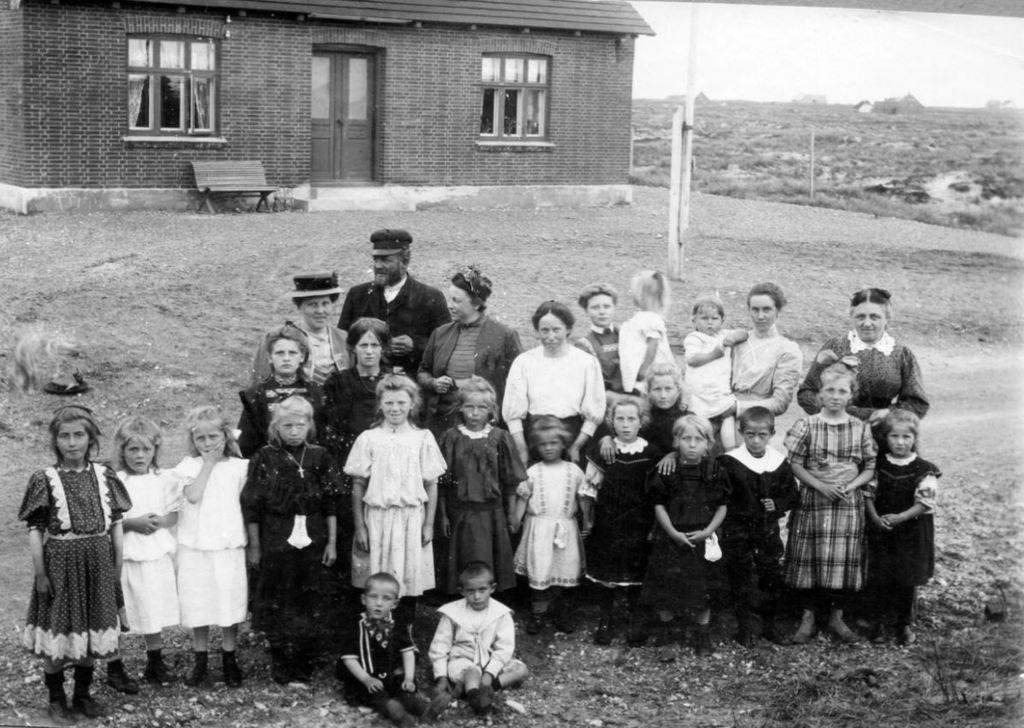 71.53  Lulls fødselsdag ca. 5-6 år. Damen med hat er fru ing. Hansen, dernæst Ingeniør Hansen, Lisbeth og Holga Vorupør 7700 FB Vorupør 26.8.2017