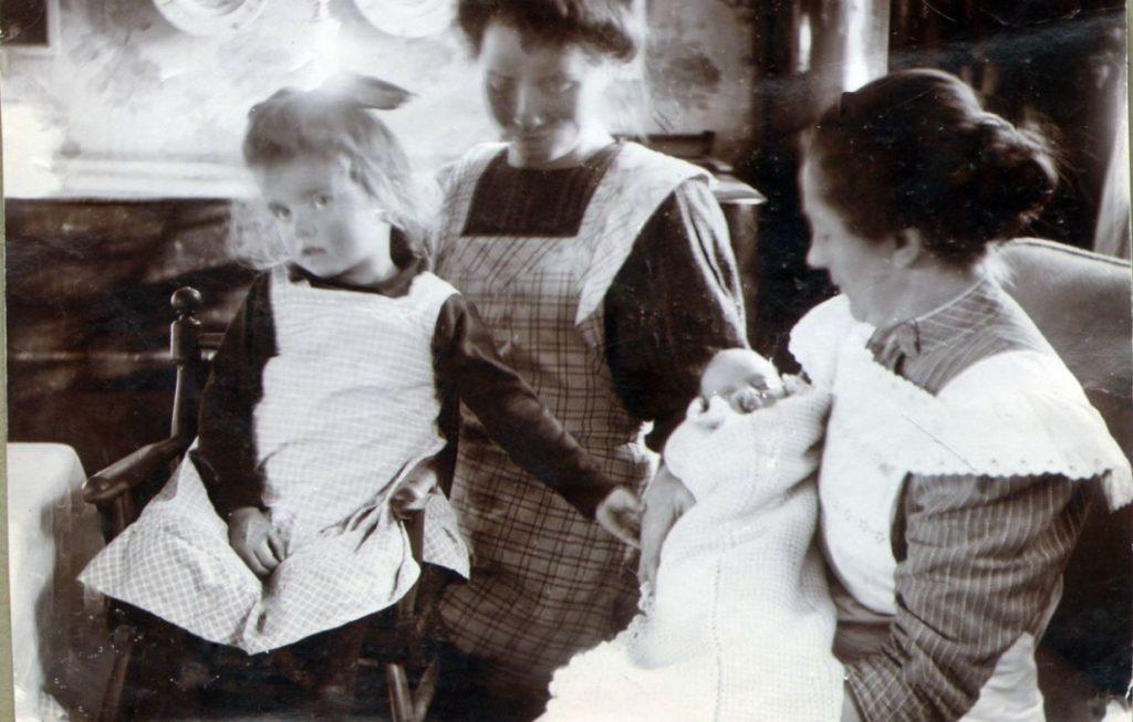 71.54  Lull, vor pige, samt sygeplejersken Petrine med Lene  FB Vorupør 26.8.2017  Vorupør 7700