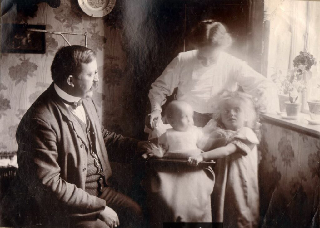 71.55  Vorupør. Peter og Holga Sletting med Lene og Lull. Sommer 1909.  7700  FB Vorupør 26.8.2017