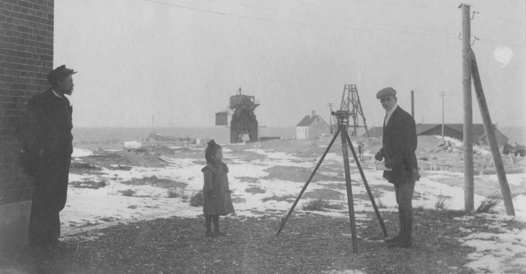 71.58  Vorupør vinter 1908. Fra venstre Formand Nielsen, Lull, samt Poul Sletting der forsøger at lære landmåling. 7700  FB Vorupør 30.8.2017