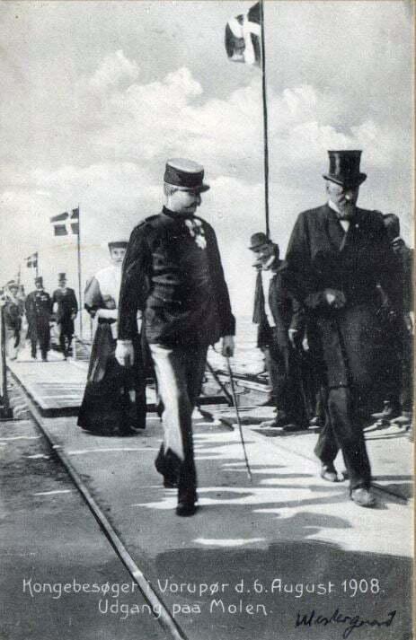 71.60  Kongebesøget i Vorupør 6. august 1908. Udgang på molen. Vandbygningsdirektør Westergaard til højre.  7700