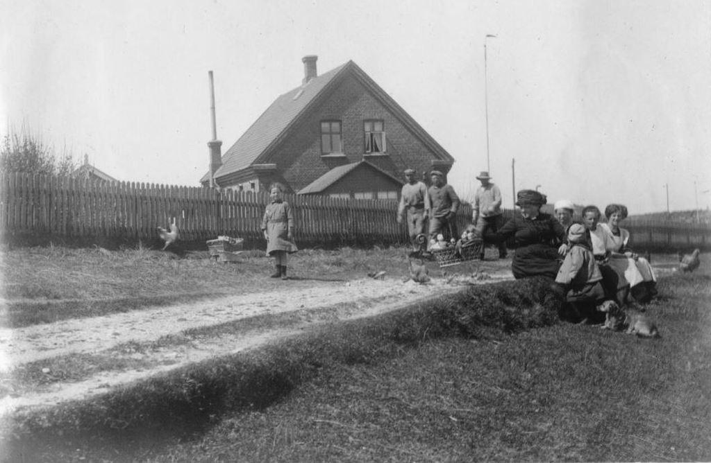 71.65 Hanstholm 7730 Slettings hus med veranda og have. Garagen til venstre bag stakittet. Lull længst til venstre. Holga, bedstemor og hunden Svip.