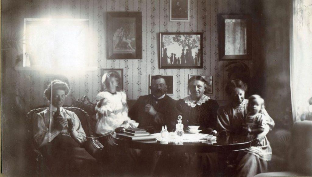 71.67 Hanstholm. Fra venstre Dagny Folkmann, Lull Sletting, Peter Sletting, bedstemor, Holga med Lene 7730