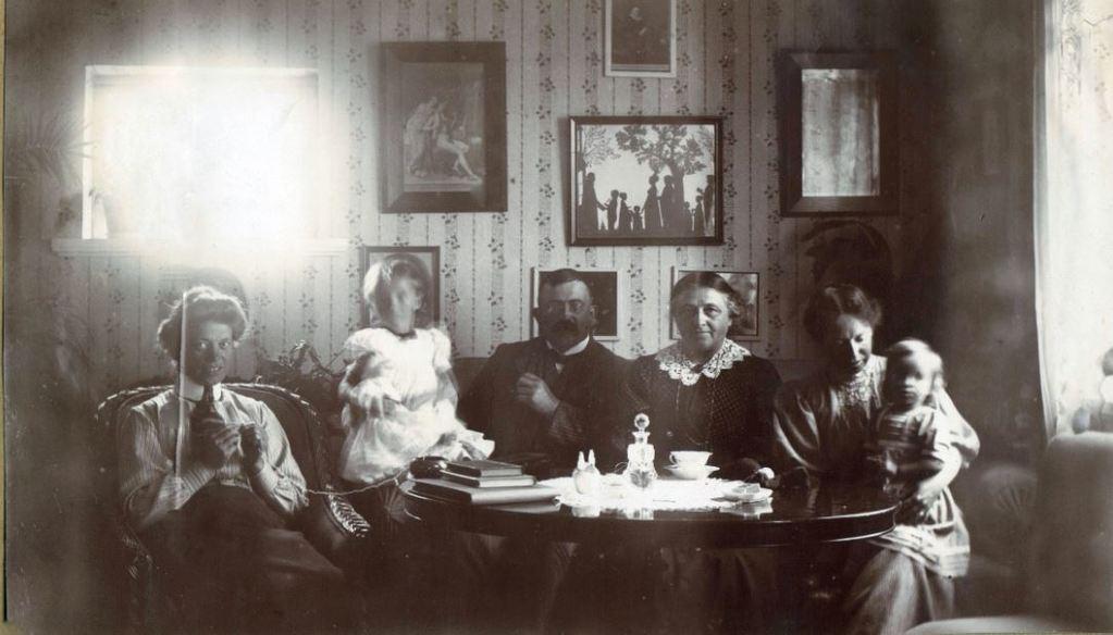 71.67 Hanstholm.7730 Fra venstre Dagny Folkmann, Lull Sletting, Peter Sletting, bedstemor, Holga med Lene