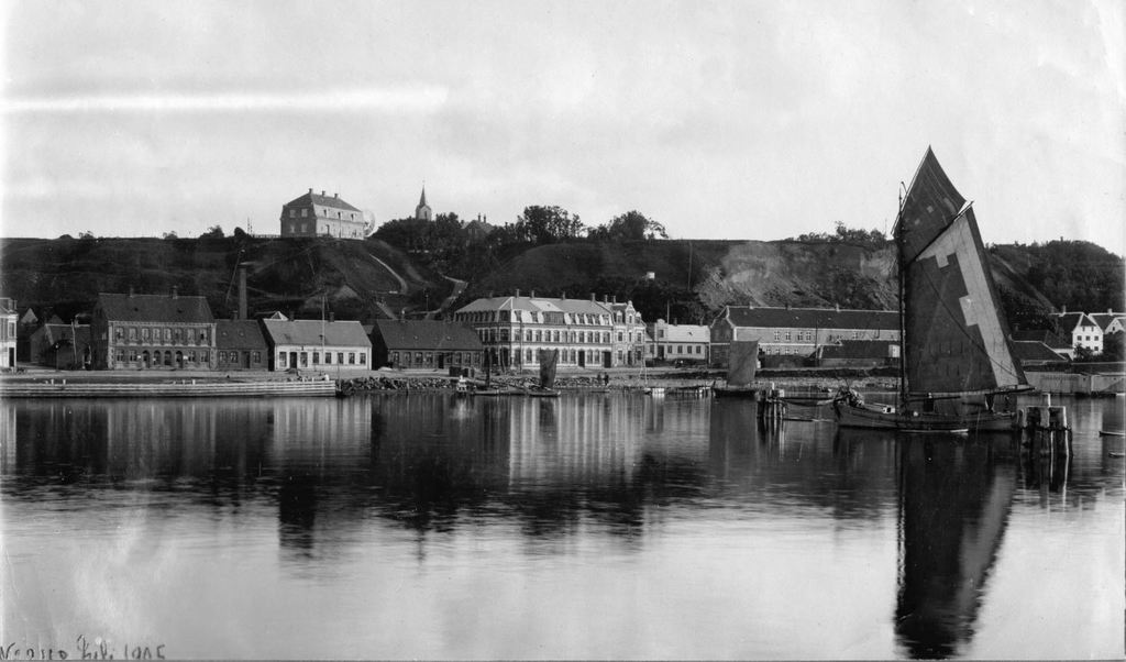 71.68 Lemvig 1905. Ingeniørboligen foroven, Dr. J...´s bolig til højre for sejlet. 7620