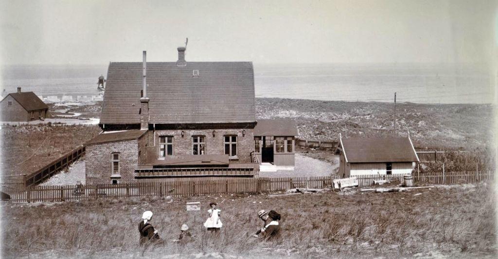 71.69 Hanstholm 7730, Ingeniørboligen. Peter og Holga Sletting, Lull, Lene, Bedstemor. Kranen på molen i baggrunden.Garagen til højre.