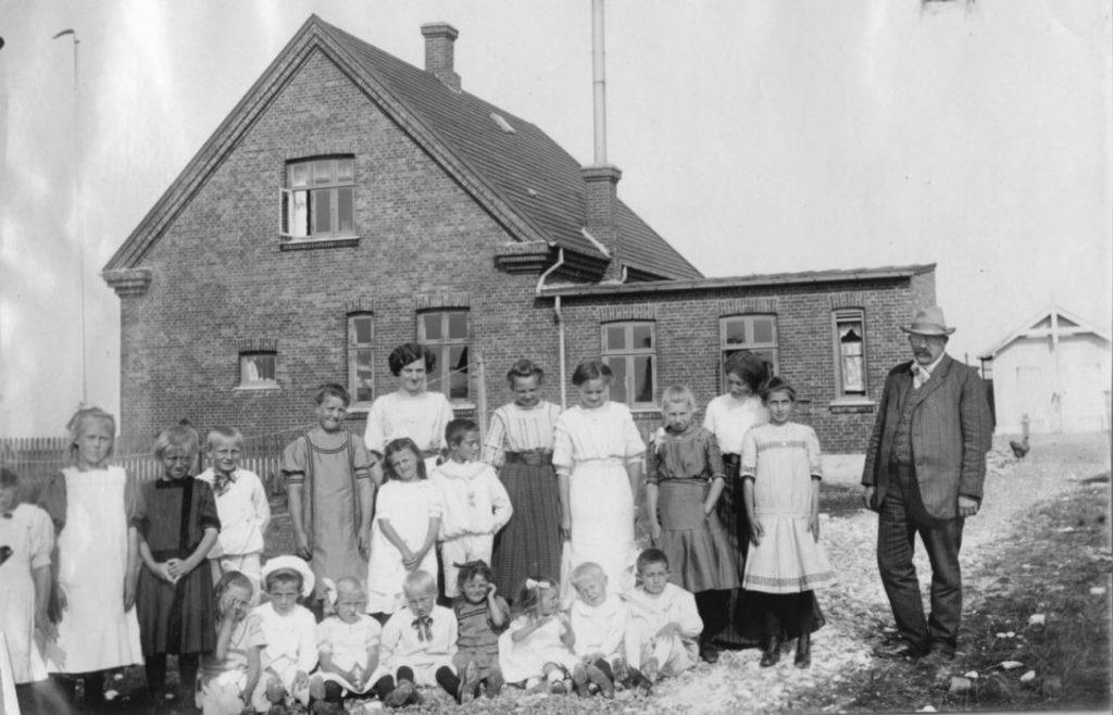 71.70 Hanstholm. En eller anden fødselsdag for Lull eller Lene Sletting. Lull i midten stående, Lene sidder som nr. 3 fra højre. Peter Sletting stående til højre. 7730