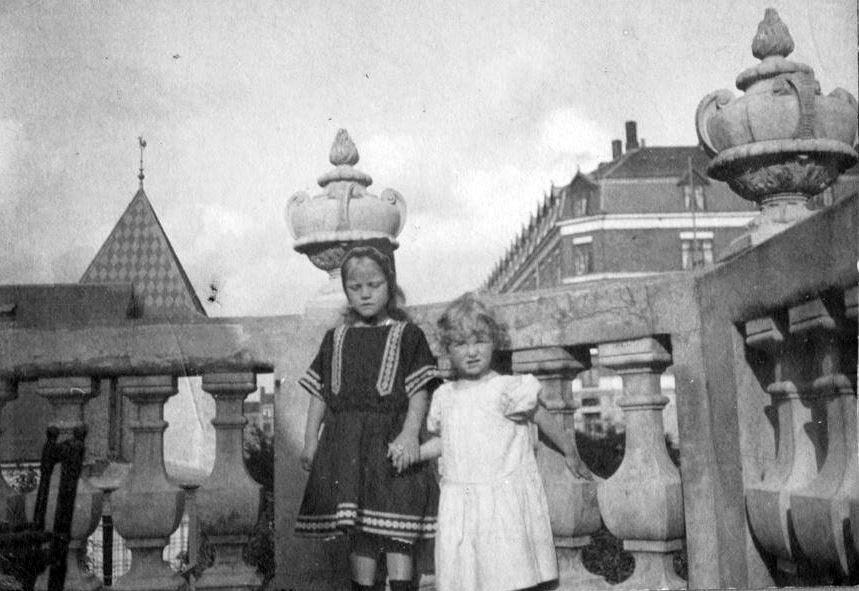 Vi er på Dr. Elisabeths Alle 2, København. Linke og Grete Gruge på balkon hos Ellen og Frederik Petersen i Eberts villa Kvarter. Ellen var født Bache og søster til Holga Sletting. g.m. Peter Sletting. 2300