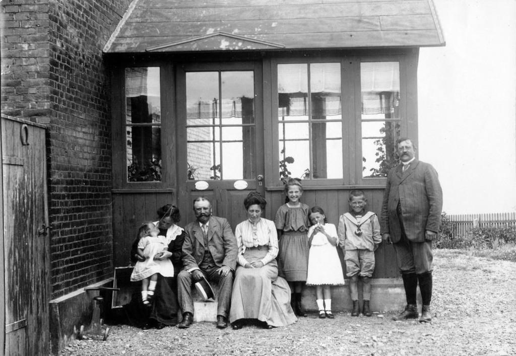 Hanstholm 7730 : Fra venstre; Holga med Lene, Jakob og Kris Hjort, ?, Lull, Karl og til højre Peter Sletting