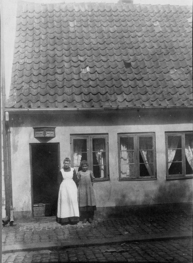 71.93 Helsingør3000 : Ketty og hendes mor foran deres hus.