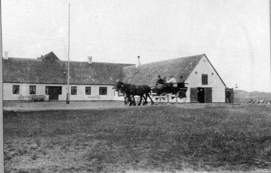71.96 Klitmøller kro 1910. Sletting skriver at bilen blev sat ind i rejsestalden.Postnummer 7700 Thisted