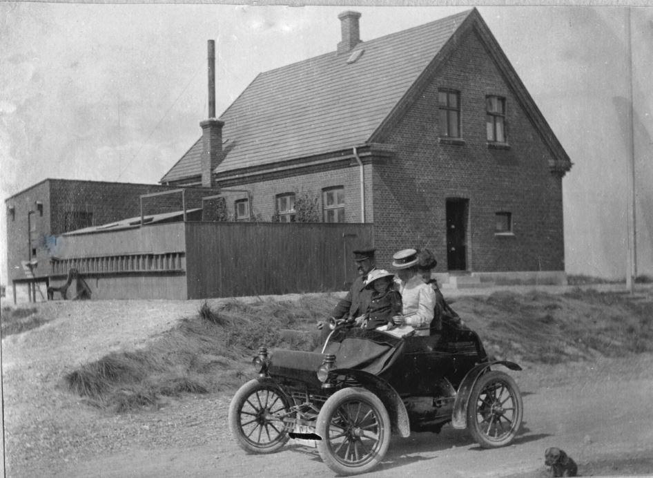 71.99  Vorupør ca. 1908. Peter, Holga, Lull samt enkefru Sletting på køretur i bil nr. 2. Beskrives som 1 cylindret liggende motor. Jeg tror det er en Oldsmobile Curved Dash fra ca. 1907 7700 Vorupør  FB Vorupør 26.8.2017