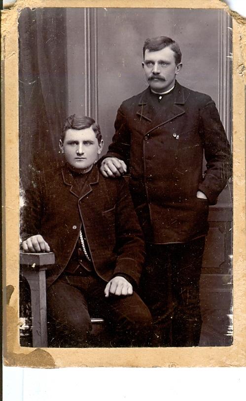 9.18.1  Niels Norby Bruunsgaard, Bruunsgård i Vandborg 7620 Peder Kastberg, Løngaard i Dybe Foto ca 1892.Sted og anledning er ikke kendt  Fra venstre Niels Jensen Nørby, født 23.01.1874 i Brunsgaard i Vandborg som søn af Jens Jensen og hustru Johanne Nørby fra Vester Nørby i Hygum.Han blev senere ejer af gaarden. Til højre Peder Christian Pedersen ( kaldt Peder Kastbjerg) fra Løngaard i Dybe, født 1868.Gift med Niels Nørby`s søster Kirstine
