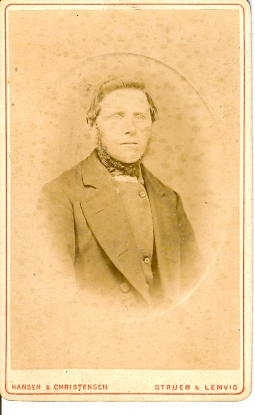 """9.19.1  Bedstefar i Bruunsgaard, Vandborg  Jens Jensen Brunsgaard ca 1880.  Han er født 25.10.1841 i Brunsgaard som søn af Gaardmand Jens Christen Pedersen og hustru Kirstine Pedersdatter.  Han deltog i krigen 1864, og hjemkommen uskadt ovetog han 1865 fødegaarden. Gift 19.09.1866 med Johanne Nielsdatter fra Vester Nørby i Hygum.  Hans søn fortæller bl.a.: """" I mange aar vejede min far kun 113 pund. Til mors bekymring kunde hun ikke faa ham i bedre stand, hvad der derimod , da han var en gammel mand, lykkedes for hans svigerdatter Mette."""""""