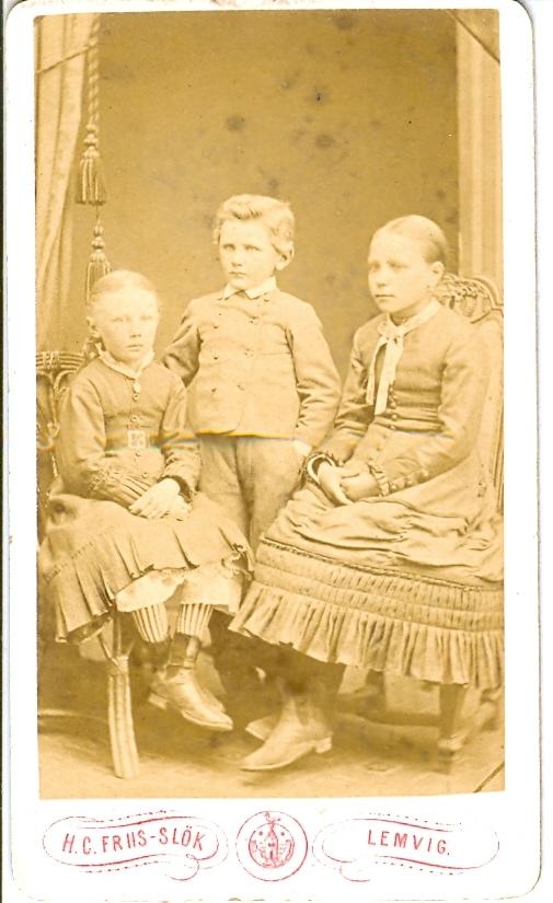 9.30.1  Min søster, broder og et Feriebarn. Faster Kristine og Farbror Niels.